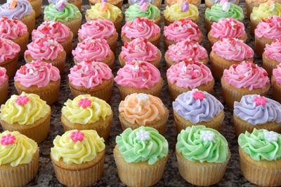 http://www.cremedelacakes.ca - Valentines Cupcakes
