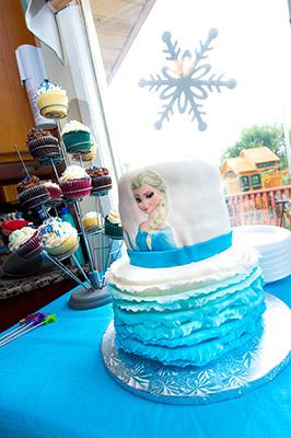 https://www.cremedelacakes.ca - Frozen - Elsa Cake