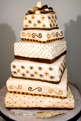 https://www.cremedelacakes.ca - 6-tier Wedding Cake